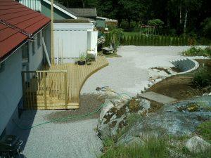 Altan med trädgårdsanläggning av grus